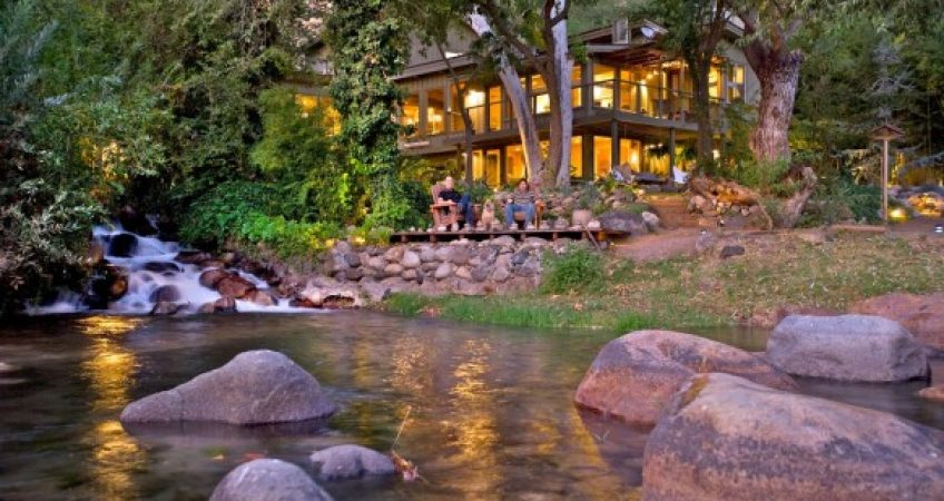 casa de vara pe malul raului